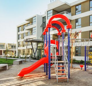 Zona de juegos infantiles y espacios comunes de condominio Plaza El Roble