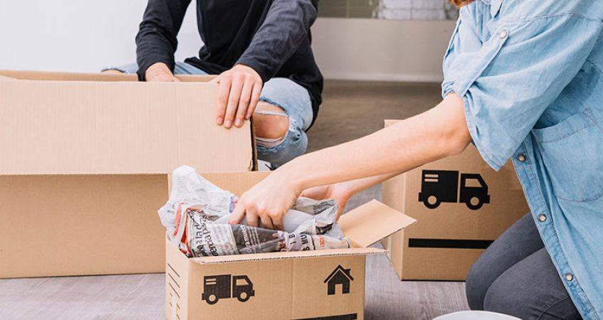 Hombre y mujer embalando cajas