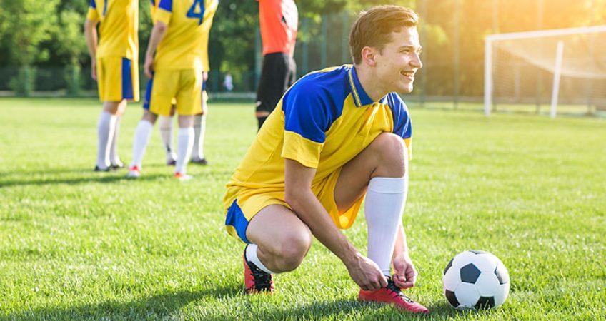 Hombre joven jugando fútbol